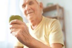 Starszego mężczyzna ćwiczenia opieki zdrowotnej zdrowa przekąska w domu Fotografia Royalty Free