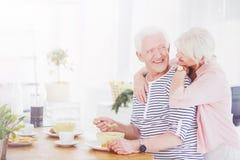 Starszego mężczyzna łasowania śniadanie z jego żoną Fotografia Stock