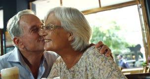 Starszego mężczyzna całowania starsza kobieta w kawiarni 4k zbiory wideo
