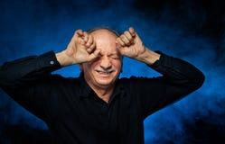 Starszego mężczyzna cierpienie od migreny obraz royalty free