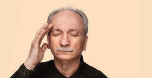 Starszego mężczyzna cierpienie od migreny zdjęcia royalty free