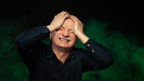 Starszego mężczyzna cierpienie od migreny obrazy royalty free