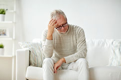 Starszego mężczyzna cierpienie od migreny w domu Obraz Stock