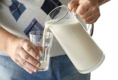 Starszego mężczyzna dolewania mleko Obrazy Royalty Free