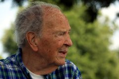Starszego mężczyzna dopatrywanie Obraz Royalty Free