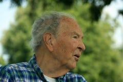 Starszego mężczyzna dopatrywanie Zdjęcia Royalty Free