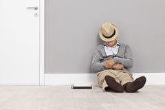 Starszego mężczyzna dosypianie na podłoga Fotografia Stock