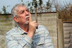 Starszego mężczyzna mówić był spokojny. Zdjęcia Stock
