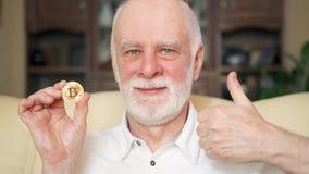 Starszego mężczyzna mienia cryptocurrency bitcoin Błyszczący wirtualny pieniądze online handel Pojęcie savings zdjęcie wideo