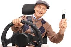 Starszego mężczyzna mienie i jeżdżenie samochodowy klucz obrazy royalty free