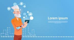Starszego mężczyzna modniś Używa komórka Mądrze telefon Gawędzi Online Zdjęcia Stock