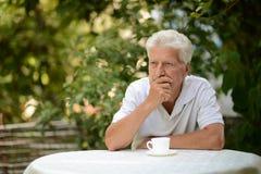 Starszego mężczyzna obsiadanie Zdjęcie Royalty Free