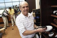 Starszego mężczyzna sportów Wybiera buty Fotografia Stock