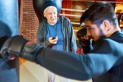 Starszego mężczyzna stażowy młody bokser zdjęcia royalty free
