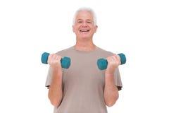 Starszego mężczyzna udźwigu ręki ciężary Obraz Royalty Free