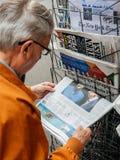 Starszego mężczyzna zakupu anglików prasa o Zjednoczone Królestwo generała electi obrazy stock