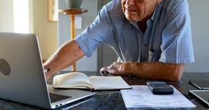 Starszego mężczyzny cyrklowania budżet gospodarstwo domowe 4k zbiory