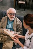 Starszego mężczyzny i kobiety lekarka fotografia royalty free