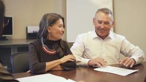 Starszego mężczyzny i prawnika agent dyskusję planistyczna emerytury i profesjonalisty przyszłość zdjęcie wideo