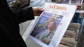 Starszego mężczyzny kupienia prasy gazetowego kioska prasy wybory w Ukraina zbiory