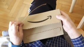 Starszego mężczyzny odpakowanie amazonka karton z logotypem zbiory