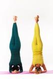 Starszej i młodej kobiety praktyki joga Zdjęcie Royalty Free
