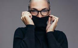 Starszej kobiety czuciowy zimno fotografia stock