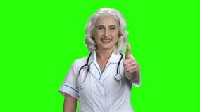 Starszej kobiety doktorski pokazuje kciuk w g zbiory