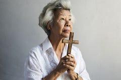 Starszej kobiety modlitewna wiara w chrześcijaństwo religii obraz stock