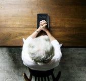 Starszej kobiety modlitewna wiara w chrześcijaństwo religii obrazy stock