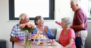 Starszej kobiety odbiorczy prezent od jej przyjaciela zdjęcie wideo