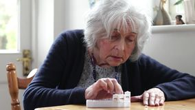 Starszej kobiety Organizatorski lekarstwo W pigułki aptekarkę zbiory wideo