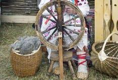 Starszej kobiety przędzalniana nić na przędzalnianym kole Obraz Royalty Free