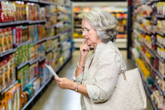 Starszej kobiety sprawdza lista Fotografia Royalty Free