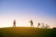 Starszej osoby para bawić się badminton Zdjęcia Stock