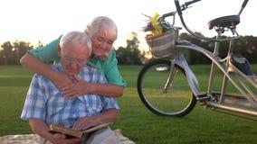 Starszej osoby para czyta książkę zdjęcie wideo