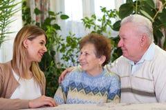 Starszej osoby para z szczęśliwym dozorcą Zdjęcie Royalty Free