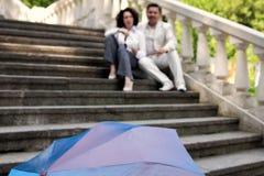 Starszej osoby pary żeńskiej męskiej miłości lata szczęśliwy w średnim wieku parasolowy park fotografia royalty free