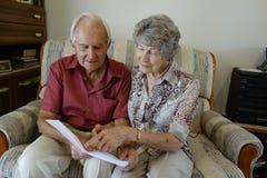 Starszej osoby pary czytania dokument Zdjęcie Royalty Free