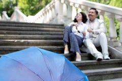 Starszej osoby pary emocji szczęśliwej istnej miłości lata rodzinny w średnim wieku parasolowy park zdjęcie royalty free