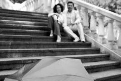 Starszej osoby pary emocji szczęśliwej miłości lata rodzinny w średnim wieku parasolowy park zdjęcia royalty free