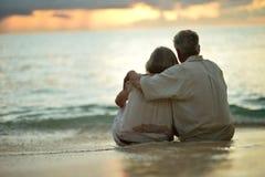Starszej osoby pary odpoczynek przy tropikalnym kurortem obraz royalty free