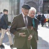 Starszej osoby pary odprowadzenie na ulicie Obrazy Royalty Free