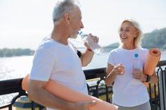 Starszej osoby pary woda pitna po joga praktyki Fotografia Royalty Free