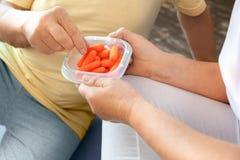 Starszej pary ćwiczenia opieki zdrowotnej jedzenia zdrowy pudełko wpólnie w domu Fotografia Royalty Free