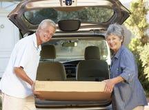 Starszej pary Ładowniczy Wielki pakunek W plecy samochód fotografia royalty free