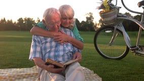 Starszej pary czytelnicza książka zbiory