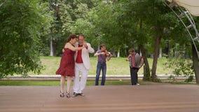 Starszej pary dancingowy tango w parku obrazy stock