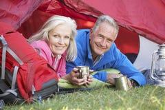 Starszej pary Inside namiot Na Campingowym wakacje Fotografia Stock