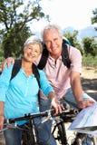 Starszej pary jeździeccy rowery zdjęcia royalty free